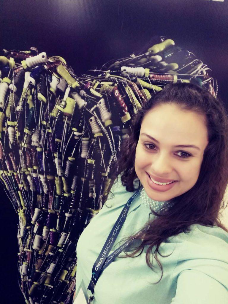 Aline participou de uma feira de endodontia com foco nos tratamentos de canal